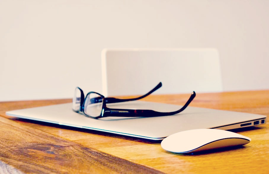 Des lunettes et un ordinateur, vous ne voyez pas le lien ? Je vous explique tout ici sur les opticiens en ligne !